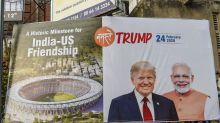 Avant la visite de Trump en Inde, un mur construit pour cacher des bidonvilles