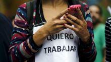 Argentina emite un decreto que dificulta que las empresas despidan a los trabajadores