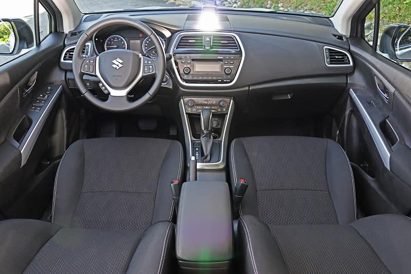 車室內與改款前大同小異,視覺觀感大致相同,但細部材質則有一定程度的進化。