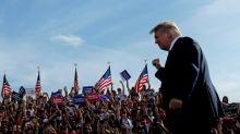 """En campagne, Trump prédit """"une vague"""" républicaine, malgré les sondages"""