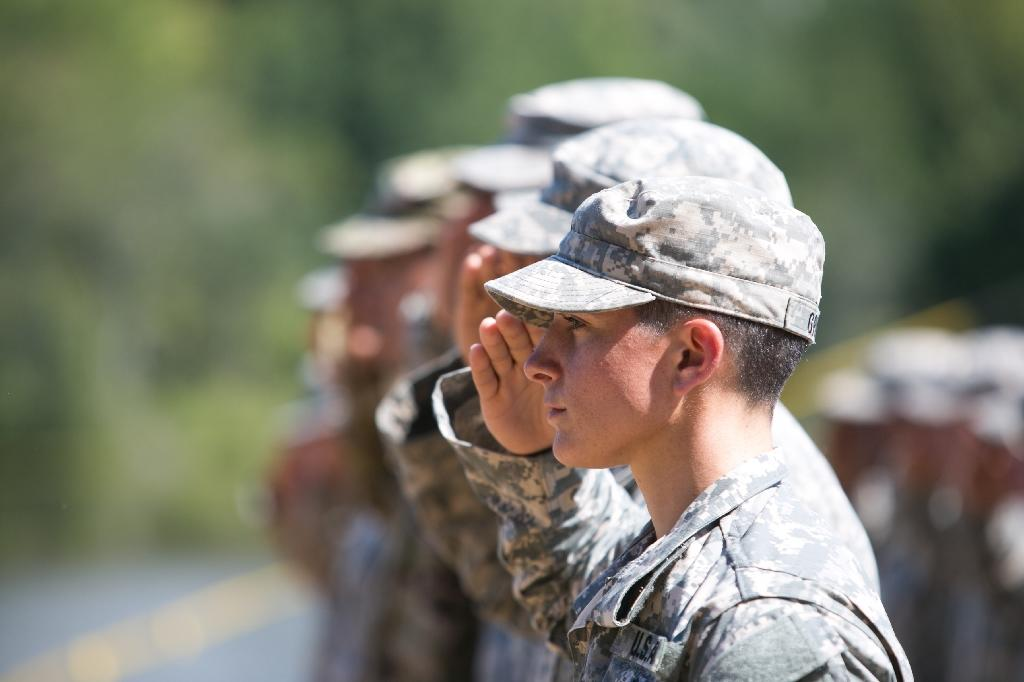 One of the first women to graduate from the US Army's Ranger School, Capt. Kristen Griest, salutes during her graduation ceremony