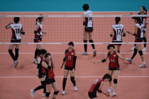 Las jugadoras niponas celebran su victoria sobre las surcoreanas