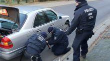 Polizei wechselt 96-jährigem Autofahrer die Reifen
