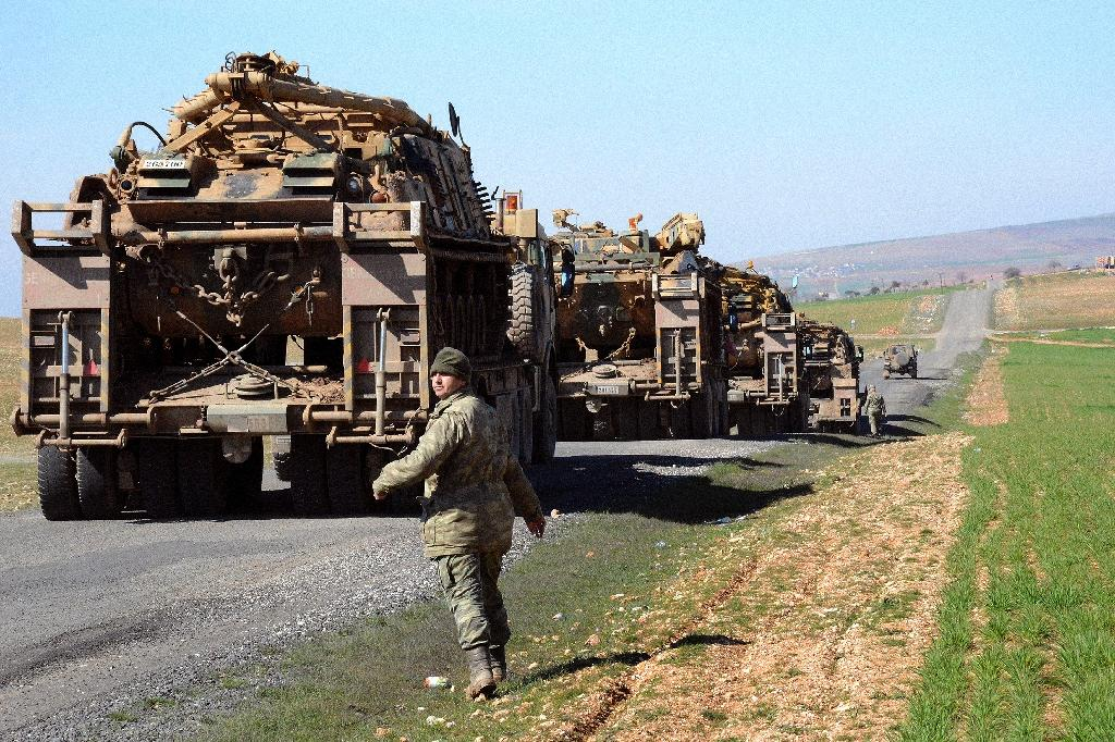 Turkish Army vehicles and tanks move near the Syrian border in Suruc on February 23, 2015 (AFP Photo/Ilyas Akengin)