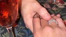 """Pabllo Vittar exibe anel de noivado em foto romântica e brinca: """"Piranha também ama"""""""