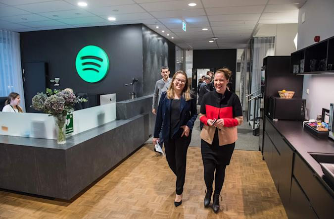 Axelle Lemaire (L), France's Minister of State for Digital Sector and Innovation, visits the headquarters of Spotify, Swedish music streaming services, on October 24, 2016 in Stockholm. / AFP / JONATHAN NACKSTRAND        (Photo credit should read JONATHAN NACKSTRAND/AFP via Getty Images)