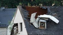 Kleinflugzeug stürzt in Wohnhausdach