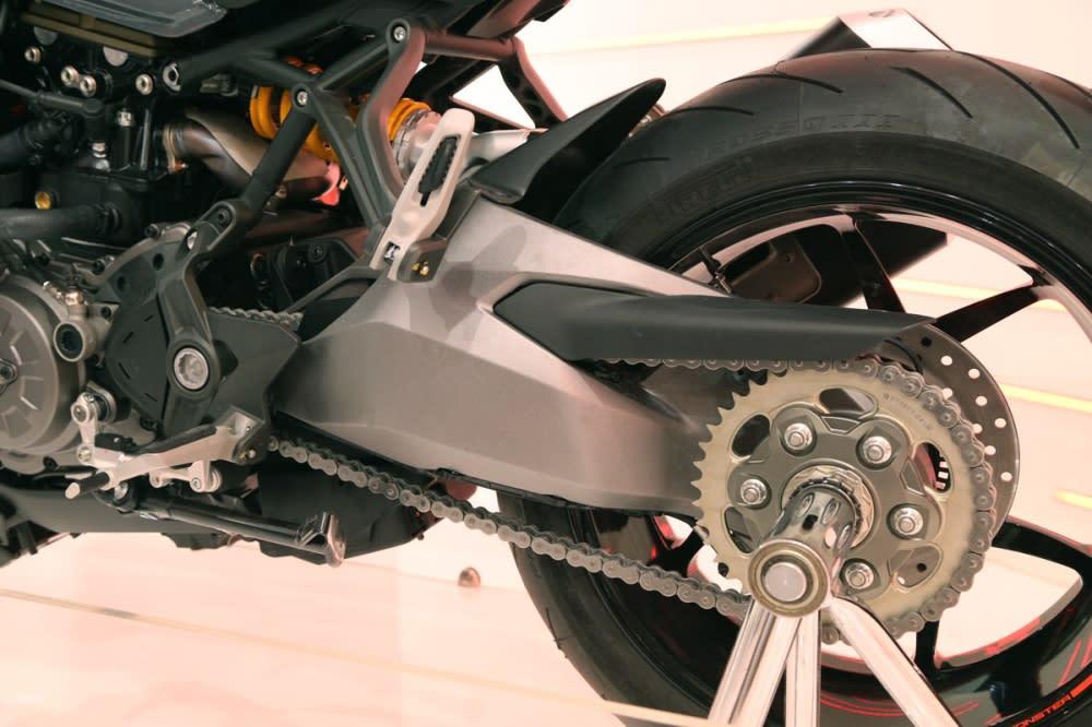 新改款的1200S 使用更短、剛性更強的搖臂。