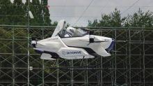 La voiture volante est dans l'air