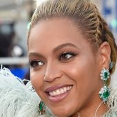Beyonce and Blue Ivy were LITERAL angels on the VMA red carpet and we're swooning