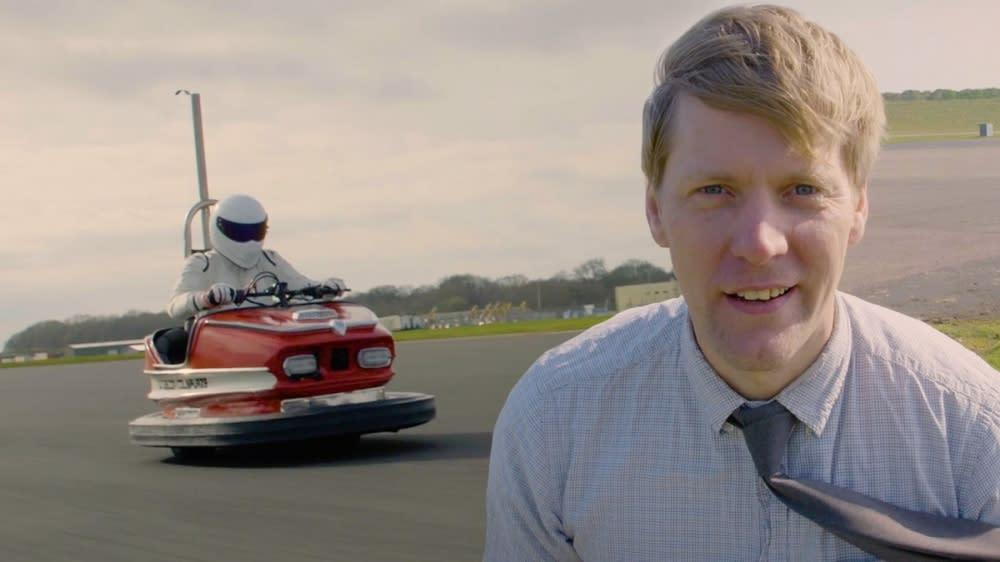 TOP GEAR御用試車手Stig全副武裝的駕駛這輛碰碰車。