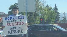 Após segurar placa pedindo emprego em semáforo, sem teto recebe diversas propostas de trabalho