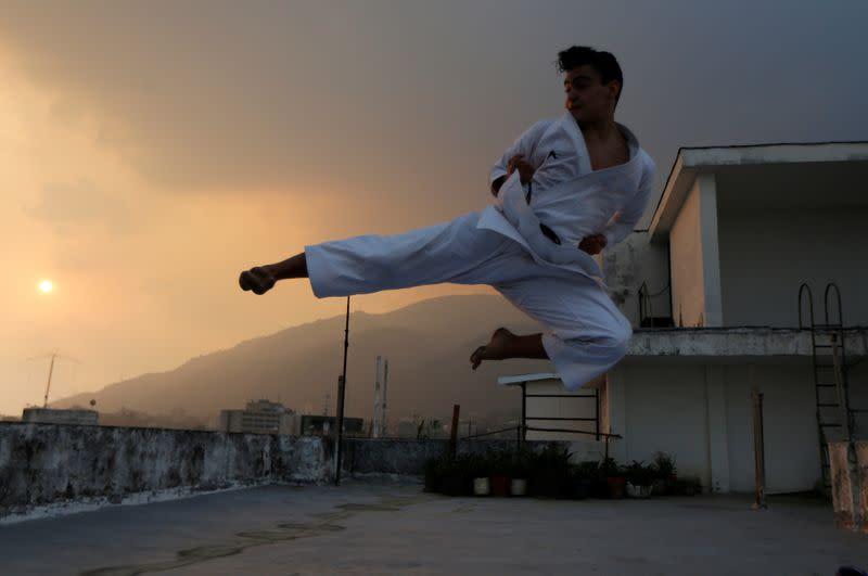 Un campeón de karate busca mantener su entrenamiento con sofás y taburetes desde el living de su casa