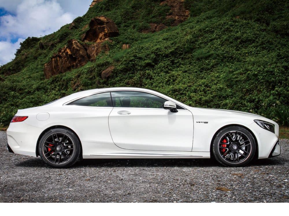 霸氣修長的車頭比例,配上優美流線的雙門造型,S63 Coupé 4MATIC+完美承襲了60年前由300 S Coupe所樹立的頂級雙門轎跑車經典,在總長達5051mm的王者級車身長度規格中,此世代S-Class倍受尊崇之造型美學再加以動感優化!