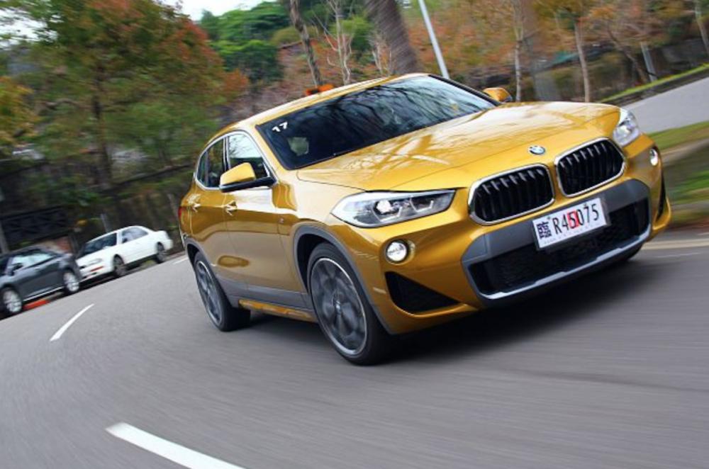 BMW X2 sDrive20i M Sport X 同步升級 M 款跑車化懸吊,且輪框也升級到 19 吋,這使車輛的路感更鮮明外,過彎時也頗具掀背鋼砲的氣息。
