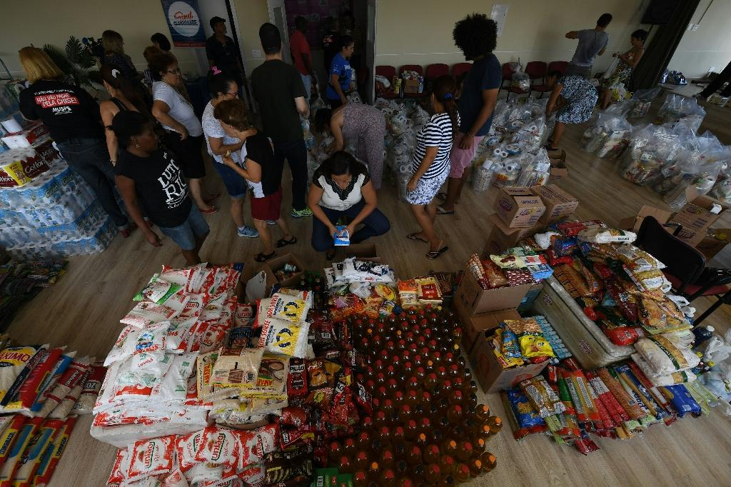 Volunteers prepare food and supplies to be distributed among unpaid government workers in Rio de Janeiro, Brazil (AFP Photo/VANDERLEI ALMEIDA)