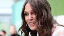 Keira Knightley suona i Beatles con i denti: la clip spopola sui social - VIDEO