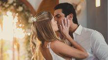 Bárbara Evans e Gustavo Theodoro se casam em cerimônia íntima com transmissão ao vivo