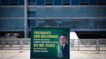 Placa em frente ao Planalto questiona Bolsonaro sobre depósitos de Queiroz a Michelle