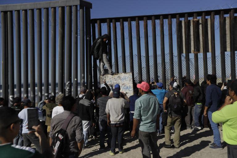 Migrant caravan: More than 1,500 refugees and migrants arrive at US-Mexico border