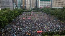 Protesto em Hong Kong reúne centenas de milhares sob forte chuva