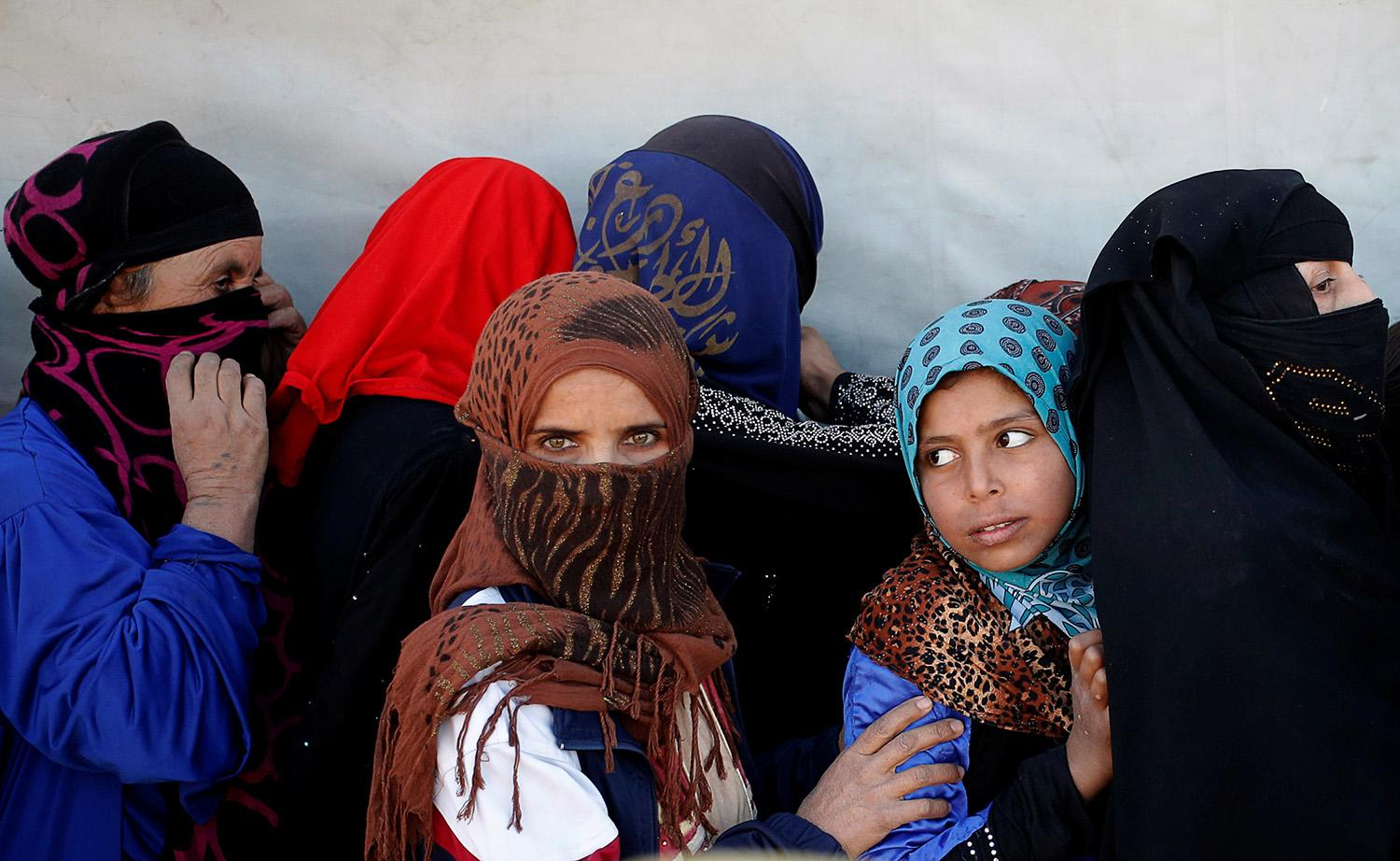 <p>Women wait for food donated by an Iraqi government organisation at the outskirts of Mosul, Iraq, Nov. 20, 2016. (Photo: Goran Tomasevic/Reuters) </p>