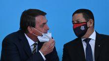 Covid-19: falas antivacinas do governo contrariam lei assinada pelo próprio Bolsonaro