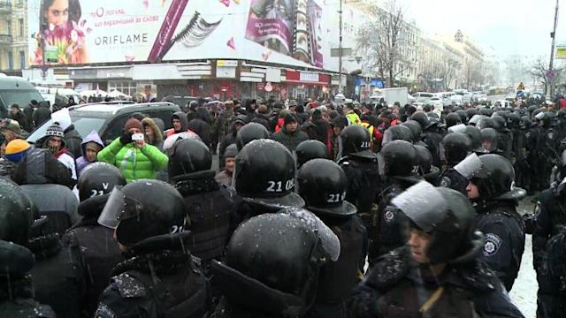 Ukrainians keep up protests as riot police move in