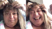 Para alegrar a mãe com câncer, jovem brinca de fazer peruca para ela e viraliza