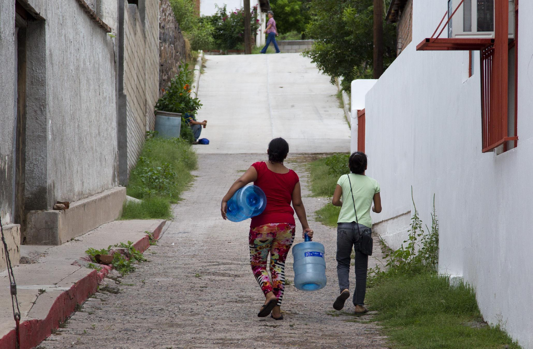 Residents go to collect drinking water in the Arizpe community, Sonora state of Mexico, on August 12, 2014 (AFP Photo/Hector Guerrero)