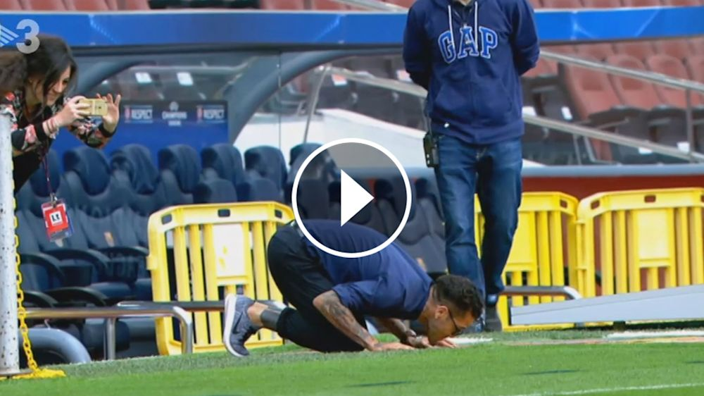 VÍDEO: Dani Alves besó el escudo del Barcelona en el Camp Nou