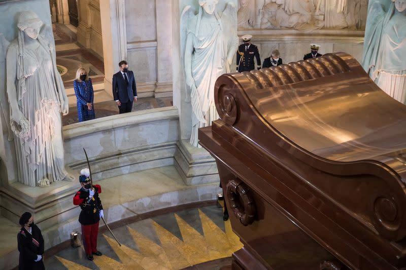 """Macron salue l'oeuvre """"en clair-obscur"""" de Napoléon, mort il y a 200 ans"""