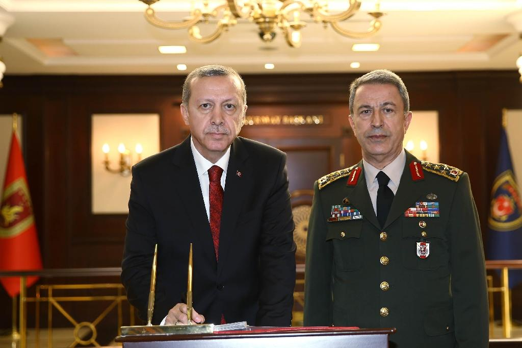 Turkish President Recep Tayyip Erdogan (left) and General Hulusi Akar visit at the General Staff headquarters in Ankara, in February 2016 (AFP Photo/Kayhan Ozer)