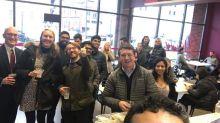 Restaurante de refugiados oferece comida grátis a servidores dos EUA