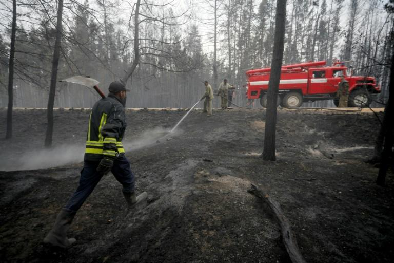 More than 1,200 firefighters, rescue workers and National Guard are fighting fires in three locations (AFP Photo/Aleksey Filippov)