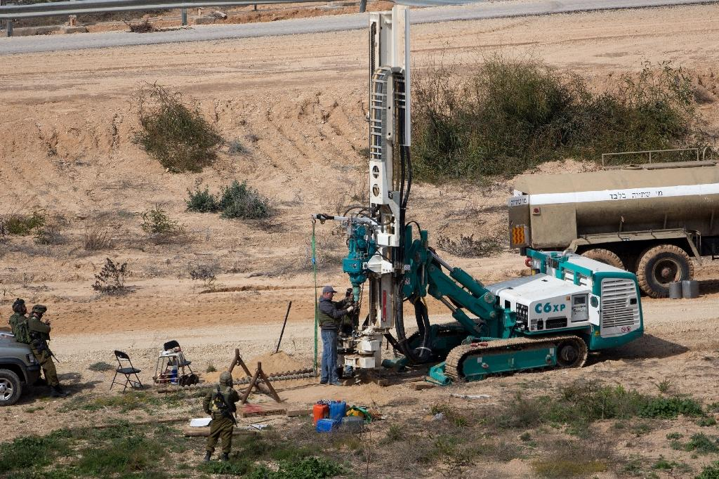 Israeli soldiers drill holes on the Israeli side of the border with the Gaza Strip as they search for tunnels reportedly used by Palestinian militants (AFP Photo/Menahem Kahana)