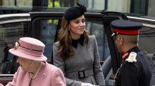 Wärmende Geste: Queen Elizabeth II. und Herzogin Kate teilen sich eine Decke