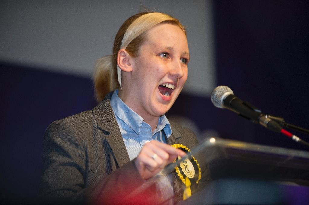 Newly elected Scottish National Party (SNP) member of parliament, Mhairi Black, Britain's youngest member of parliament since 1667, speaks in Paisley, west of Glasgow, on May 8, 2015 (AFP Photo/Lesley Martin)