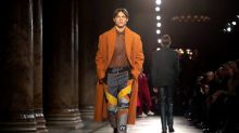 Rosa reina em desfile de moda masculina da Berluti em Paris