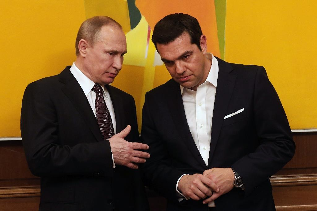 Greek Prime Minister Alexis Tsipras (R) talks with Russian President Vladimir Putin during their meeting in Athens on May 27, 2016 (AFP Photo/Orestis Panagiotou)