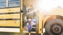Busfahrerin beruhigt nervöses Schulkind mit einer süßen Geste