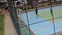 Homem segura menino de 6 anos para filho bater; veja vídeo