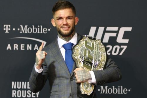 Cody 'No Love' derrotou Dominick Cruz no UFC 207 - Rigel Salazar