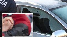 Bimbo chiuso in auto al sole: un poliziotto rompe il vetro e lo salva