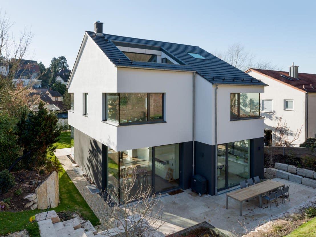 U003cpu003eDie Fassade Dieses Hauses Sticht Durch Die Elegante Kombination Von  Klarem Weiß Und
