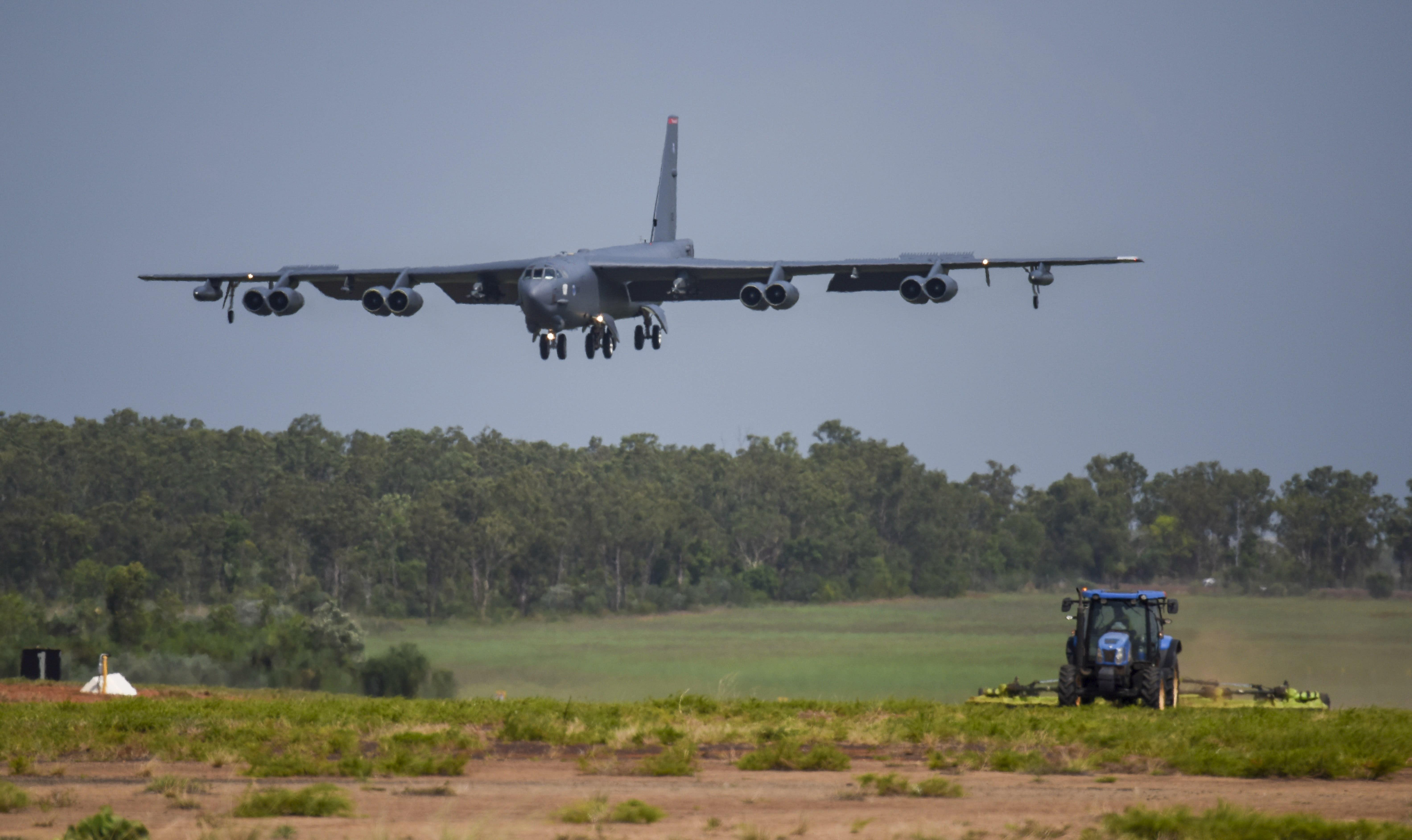 """12月6日,一架美国空军B-52同温层堡垒轰炸机,分配给第96远征炸弹中队,从路易斯安那州的巴克斯代尔空军基地部署,在""""闪电聚焦""""演习期间降落在澳大利亚达尔文的澳大利亚皇家空军基地(RAAF)。 2018年。美国空军周五表示,这是最近演习的一部分,目的是展示美国的能力和支持盟国的能力,美国空军在俄罗斯远东以北的东西伯利亚海域上空飞行了三架B-1重型轰炸机。一名俄罗斯指挥官被抨击为""""敌对和挑衅""""。 一周前,三架位于德克萨斯州的美国空军预备役B-1 Lancer轰炸机进行了飞行,一周前进行了类似的飞行任务,其中三架临时位于英国的B-52轰炸机在俄罗斯西翼附近的乌克兰领空飞行。 (我们"""
