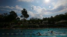 Prohíben a un menor transgénero bañarse con camiseta y 50 compañeros se lanzan a la piscina con ropa