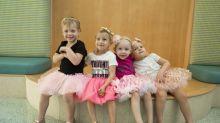 4 garotinhas comemoram a vitória sobre o câncer remontando uma foto que tiraram durante o tratamento