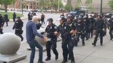 El nuevo y perturbador video de un anciano derribado y  sangrante tras ser empujado por policías en NY