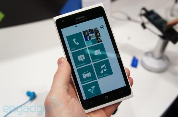 Nokia Lumia 900 in white hands-on
